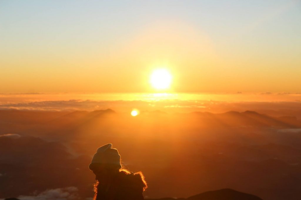 zwiazkimilosci.pl: góry i słońce, dziewczyna w górach, medytacja szczęścia