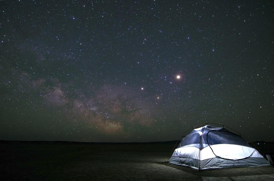 zwiazkimilosci.pl: niebieski namiot na tle rozgwieżdżonego nieba, galaktyka pełna gwiazd