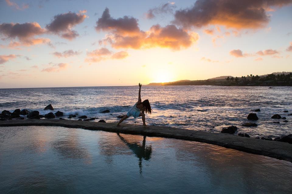 zwiazkimilosci.pl: dziewczyna ćwicząca jogę na plaży, piękne morze z zachodem słońca