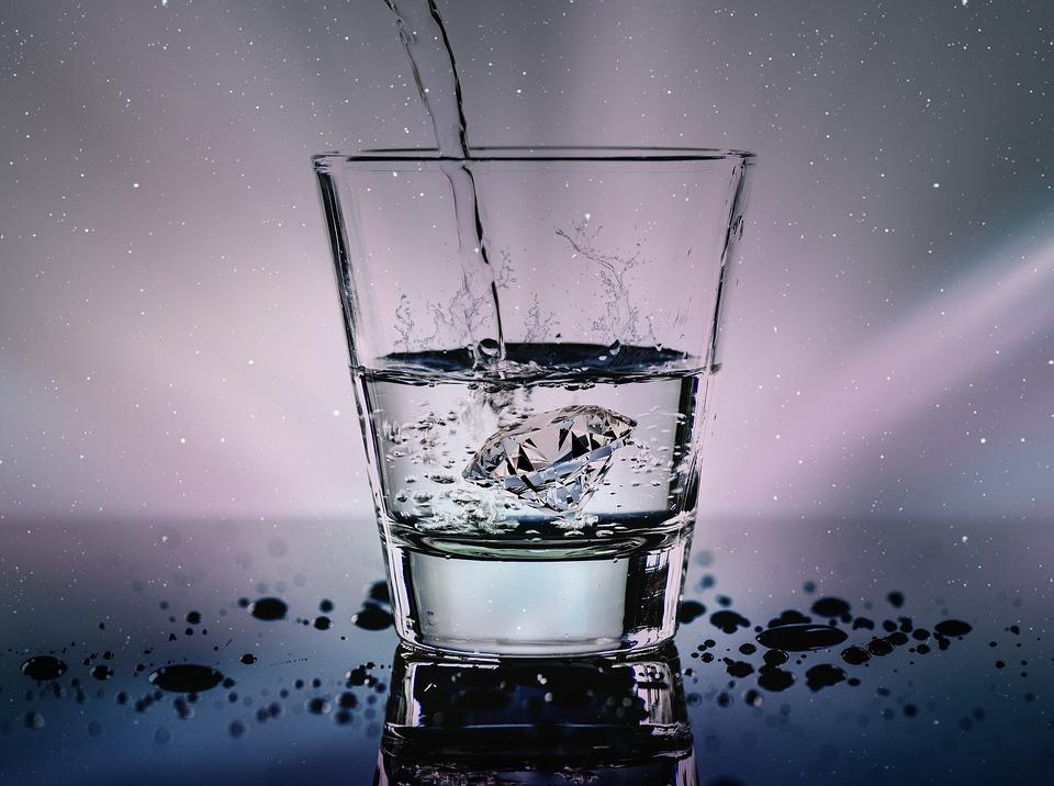 zwiazkimilosci.pl: diament w szklance wody szklanka do połowy pełna