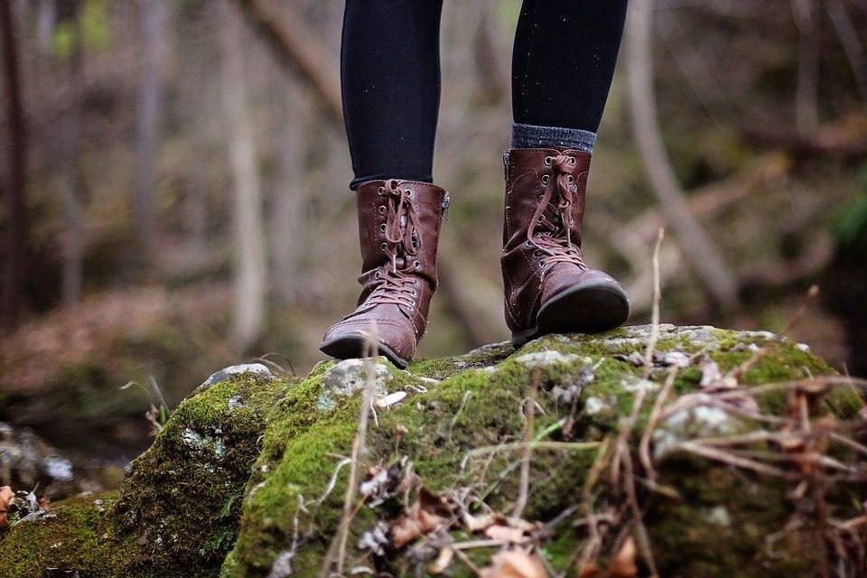 zwiazkimilosci.pl: małe kroki kobieta w brązowych butach stoi w lesie