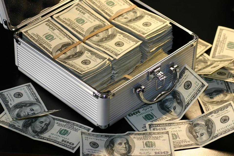 dużo pieniędzy w walizce
