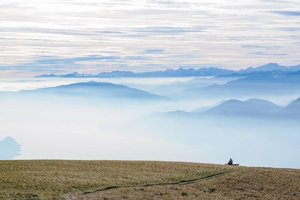 góry i piękne chmury, odpoczywający mężczyzna