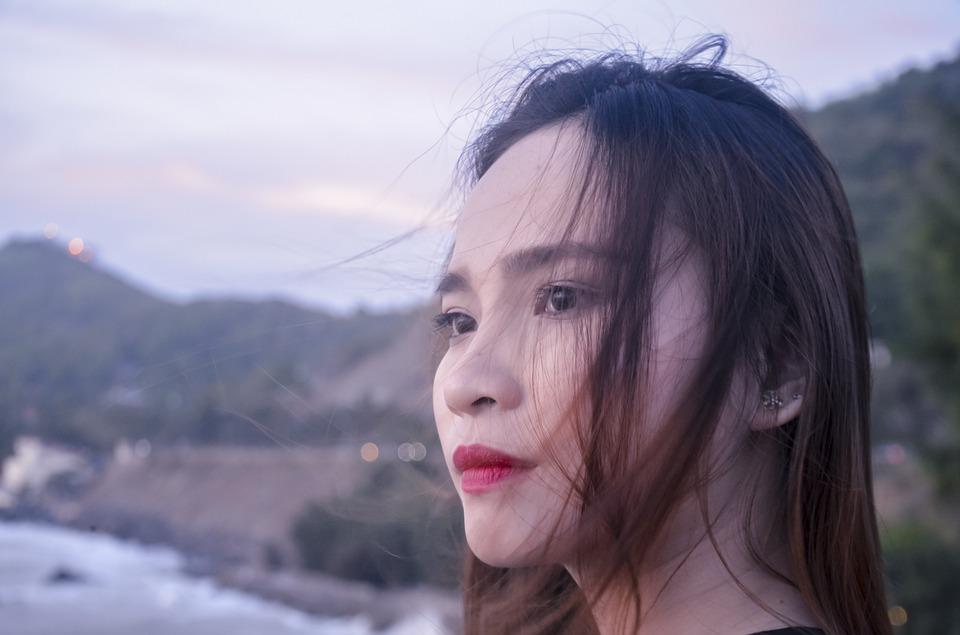 smutna kobieta azjatka, patrzy w dal